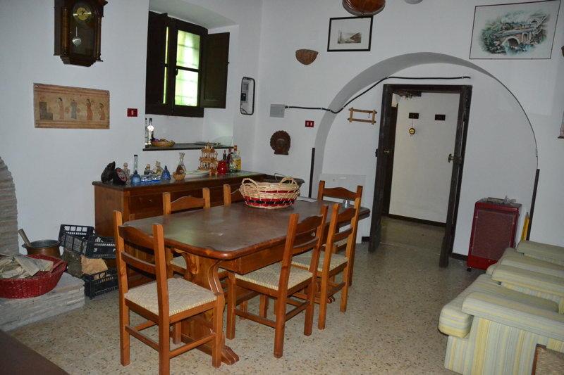 Capranica centro storico vicino parcheggio capranica cs04a for Immobiliare affitto ufficio roma