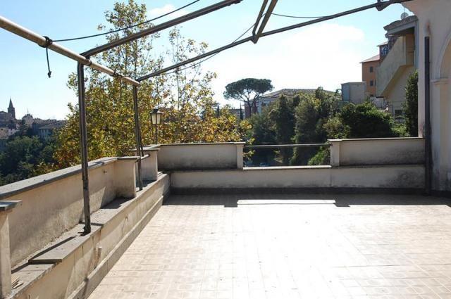 Capranica in palazzo d 39 epoca attico con terrazzo for Immobiliare affitto ufficio roma