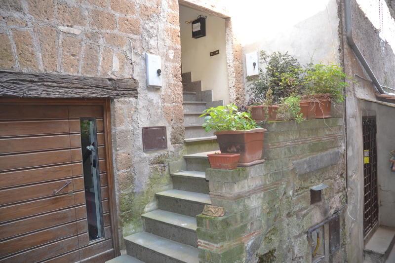 Centro storico appartamento ristrutturato capranica cs260 for Immobiliare affitto ufficio roma